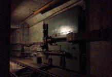Potężna brama zamykająca tunel metra i machineria przesuwająca żelastwo. Półokrągłe coś na torach to są szyny, którymi brama się przesuwa. Fot. Leszek Borlik.