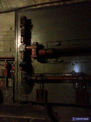 Jak ta maszyna położona wzdłuż tunelu metra zamknie szczelną bramę, to mamy przegwizdane. Śluza między stacjami Służew i Ursynów. Fot. Leszek Borlik