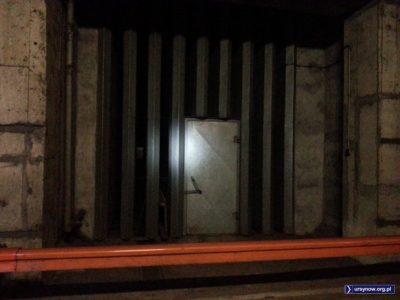 Wyjście ewakuacyjne z metra między stacjami Służew i Ursynów. Nie jest szczelne, bo między słupami odgradzającymi tunel przepływa powietrze. Wyjście jest też wentylatorem. Fot. Leszek Borlik