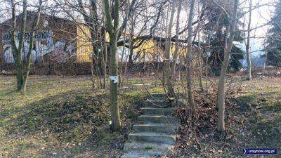 Sądząc po drzewach rosnących w tych schodach, dosyć dawno nie były używane. Furtka za nimi chyba również. Do Auto-Elektryka podjeżdżało się przecież samochodem. Fot. Maciej Mazur.