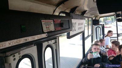 Aby otworzyć drzwi należy podnieść klapkę. A przed wysiadaniem oczywiście nacisnąć przycisk, co w zamyśle miało działać jak dzisiejsze samodzielne otwieranie drzwi w klimatyzowanych autobusach. Fot. Maciej Mazur.