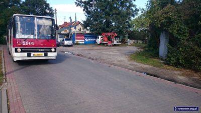 Pierwsza ursynowska pętla autobusowa. Tu, na Nowoursynowskiej, zawracało kiedyś 104. Bystre oko dostrzeże jeszcze po prawej stronie łuk z kocich łbów. Fot. Maciej Mazur.