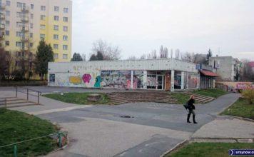 Spod odpadającej farby zamkniętego pawilonu na Zamiany wychynął właśnie dawny szyld: Rzemieślniczy Dom Towarowy! Fot. Maciej Mazur