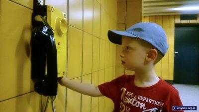 Ebonitowa słuchawka rodem z muzeum techniki budzi zainteresowanie pokolenia smartfonów. Jest to gorąca linia z dyżurnym stacji. Fot. Maciej Mazur.