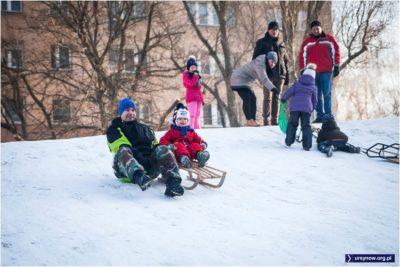 Po prawie bezśnieżnej zimie 2015/16 tegoroczna wreszcie wróciła do bielszej normy. Sanki na Krokodylu na Wiolinowej. Fot. Anna Podkaminer-Lewandowska.