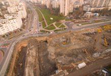 Na placu budowy S2 przy Płaskowickiej odkopali już tunel metra. To ten betonowy prostopadłościan. Cholera, płyciutko! Fot. GDDKiA.