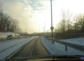 Na dopiero co otwartej ulicy Rosnowskiego pojawiło się już ograniczenie prędkości. I to do trzydziestki? Dlaczego? Odpowiedź mamy między jezdniami - to te pogięte od licznych dzwonów barierki. Fot. Maciej Mazur.