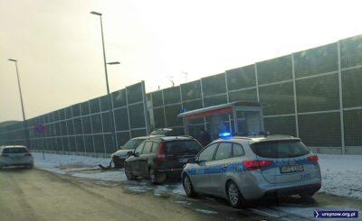 Ulica szeroka, równa, ruch niewielki, sobota wcześnie rano. I dzwon. Na zjeździe z Kabat do Wilanowa jedno z aut jazdę skończyło na przystanku. Fot. Maciej Mazur.