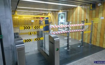 Po kilku miesiącach budowy wreszcie udało się zainstalować i uruchomić nową bramkę do metra. Stacja Stokłosy. Fot. Maciej Mazur