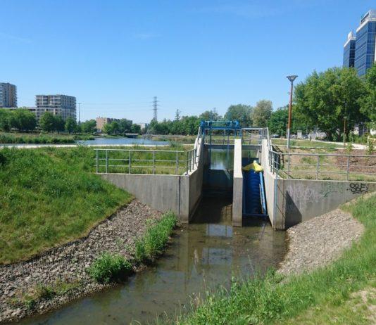 Służewiec - przy świeżo wyremontowanym stawie zbudowano elektrownię wodną. Podobno czasem działa. Fot. Maciej Mazur