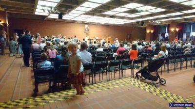 Msza w kościele Wniebowstąpienia. Msza jest dla rodziców małych dzieci, stąd to wesołe zamieszanie. Fot. Maciej Mazur