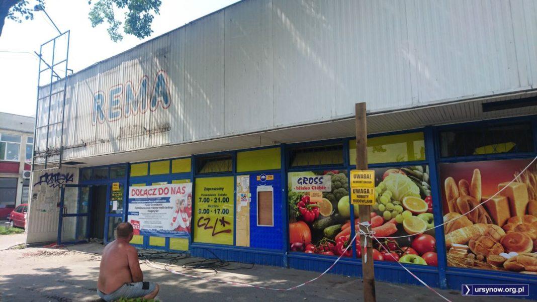 Pracownik ekipy remontowej podziwia szyld norweskiej sieci Rema 1000, która kiedyś miała swój sklep przy Hawajskiej. Fot. Maciej Mazur