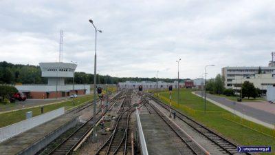 W białym blaszanym grzybku mieści się nastawnia kierująca ruchem pociągów w stacji postojowej metra. Fot. Maciej Mazur