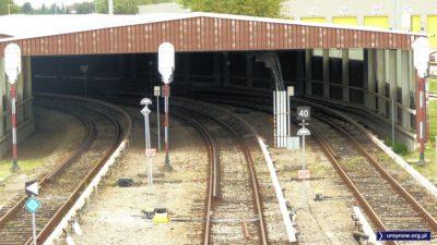 Wjazd do tunelu metra. Dwa skrajne tory prowadzą prosto na stację Kabaty, środkowy na bocznicę. Fot. Maciej Mazur