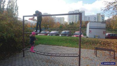 Dzieci XXI wieku odkrywają trzepak jako miejsce świetnej zabawy. Ten akurat stoi przy Zamiany. Fot. Maciej Mazur