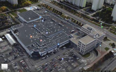 Pośrodku rozrośniętego Leclerca wystaje jego forma pierwotna - spadzisty dach dwóch hal z lat '70! (Google Maps)