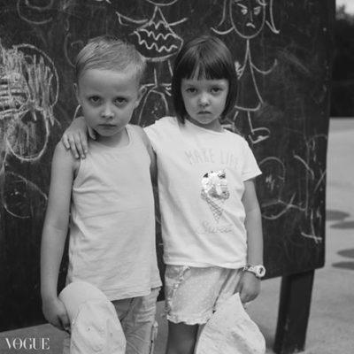 Zdjęcie współczesne, ale jaka piękna stylizacja! Plac zabaw Dinozaury. Fot. Marta Śliwak, portfolio Vogue Italia.