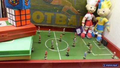 Piłkarzyki i kostka Rubika. A tych dwóch wpadło tu z przyszłości (2012) popatrzeć, jak kiedyś bawili się chłopcy. Muzeum Zabawek w Kudowie-Zdroju. Fot. Maciej Mazur