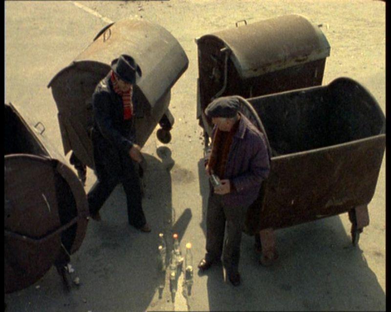 Pojemniki na śmiecie. Teoretycznie ich klapy miały sprężyny i same się zamykały. Praktycznie szybko trafiał je szlag, więc otwarte śmietniki czuć było z dala.