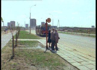 """Filmowy przystanek istnieje do dziś na Cynamonowej. Obecnie Staje tu 136. No i Berlietów już nie ma. """"Alternatywy 4"""", odc. """"Upadek"""". Prod. TVP."""