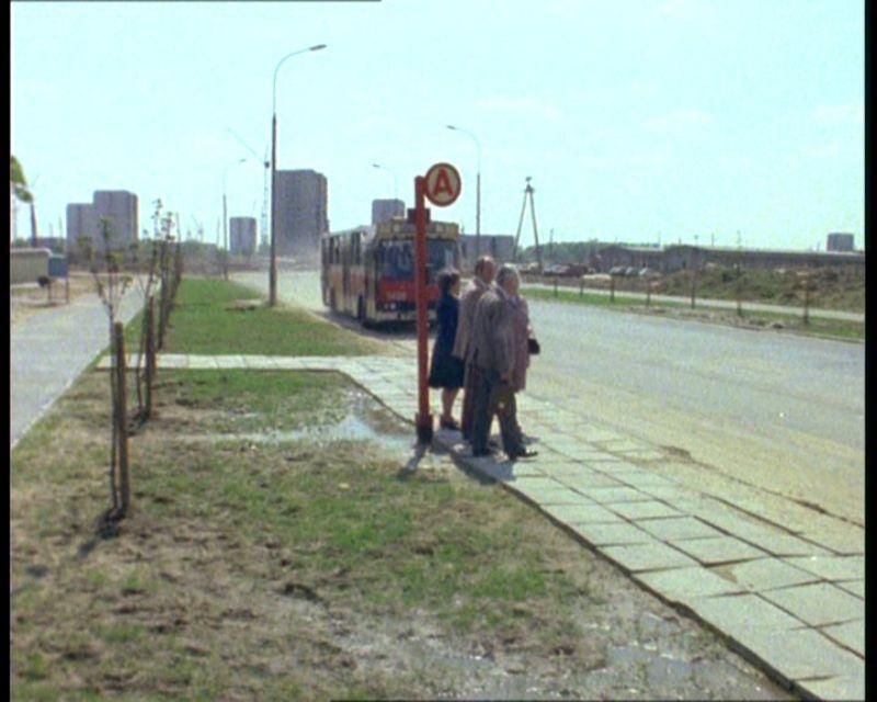 Filmowy przystanek istnieje do dziś na Cynamonowej. Obecnie Staje tu 136. No i Berlietów już nie ma.