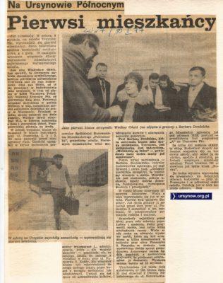 Wacław Oświt, pierwszy mieszkaniec Ursynowa, odbiera klucze do domu. Życie Warszawy, 10 stycznia 1977.