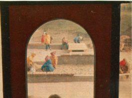 """Ach, jakie piękne i klasyczne zdjęcie z tygodnika """"Razem"""" z września 1980. Pokolenie 35 i plus musi pamiętać te tornistry i charakterystyczne drzwi też."""