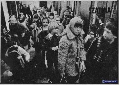"""Tygodnik """"Razem"""" z 29 kwietnia 1983 z wizytą w Szkole nr 303 na Koncertowej. Szatnia."""