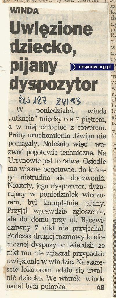 Winda trochę niedomagała i utknęła między piętrami, ale fachowiec od naprawy był w jeszcze gorszym stanie. Co więc robić, znanym sposobem lokatorzy pomogli sobie sami. Życie Warszawy, 06.1993.