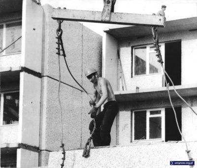 """Na odwrocie zdjęcia jest artykuł z """"Głosu Pracy"""" z września 1976. """"Będzie to najnowocześniejszy, najbardziej funkcjonalny zespół mieszkaniowy - a jak dzisiaj wygląda teren przyszłego osiedla, prezentujemy na zdjęciach Marka Druszcza"""""""