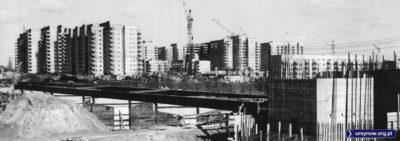 Ten wodny most zwodzić może postronnego obserwatora - tu wcale nie buduje się ulica, tu nad Smródką powstaje most dla rur. Ulicę dobuduje się 35 lat później. Na razie jest marzec 1977. Fot. Marek Wojciech Druszcz.