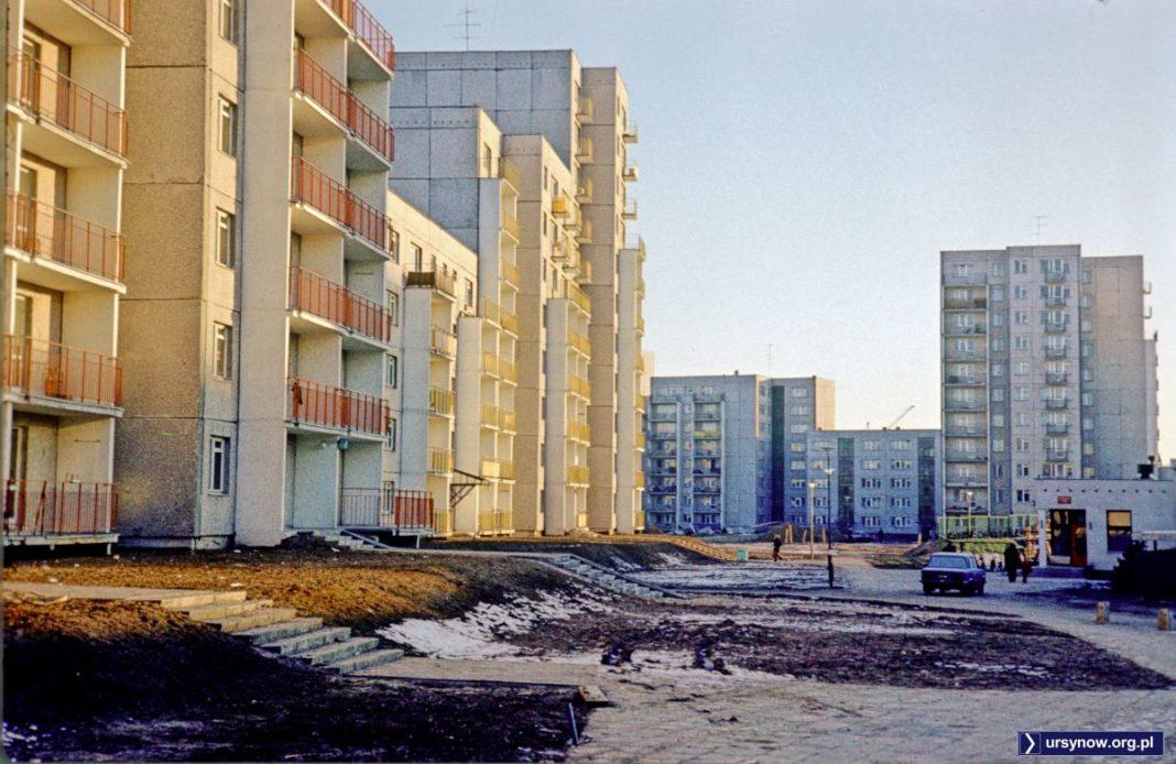 Dziś to trudno rozpoznać, ale zimą 1977/78 tak wyglądał blok przy Puszczyka 8 i sąsiednie przedszkole nr 283. W tle oczywiście Wiolinowa. Fot. Włodzimierz Witaszewski