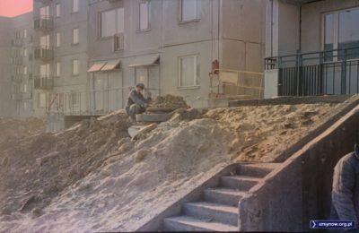 Napięcie towarzyszy budowniczym Ursynowa zwłaszcza, gdy mają właśnie do skończenia stację trafo. To chyba jest ulica Stokłosy, rok zapewne 1977. Fot. Włodzimierz Witaszewski