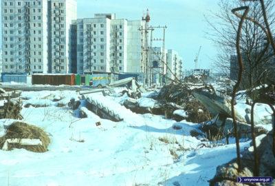 Porzucone, przysypane śniegiem schody i inne budowlane śmiecie przed blokiem przy Wokalnej 8. Fot. Włodzimierz Witaszewski