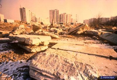 Nieco nierealne kolory bałaganu budowlanego na wielkim polu, które dziś jest Aleją KEN. W tle bloki przy Symfonii, Wokalnej i Stokłosy. Fot. Włodzimierz Witaszewski