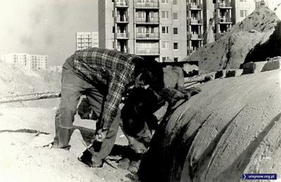 Praktykujący na budowie studenci Politechniki walczą z kanałem ciepłowniczym. Nad. Ela Cupryjak