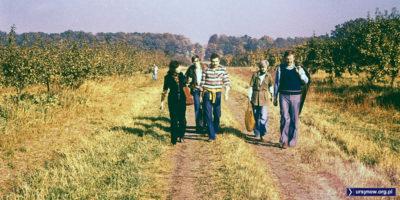 Grupa projektantów Ursynowa w drodze na majówkę. Rok zapewne 1978, w tle to chyba Park Natoliński, więc idą sadami dzisiejszego południowego Natolina. Fot. Włodzimierz Witaszewski