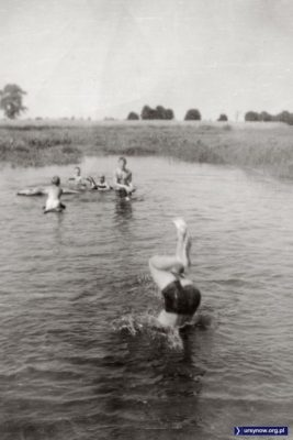 """- Nazywaliśmy to oczko wodne """"Jeziórkiem"""" - wspomina tamte kąpiele Mirosław Antoniak z Wełnianej. Jeziórko to dziś staw w parku Moczydełko. Niektóre wierzby za wodą stoją pewnie do dziś. A szpaler drzew na horyzoncie to zachodnia część Alei Kasztanowej."""