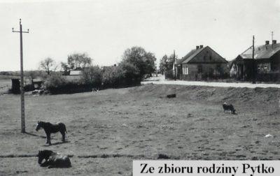 Północny brzeg Smródki, sielski krajobraz przy lokalnej arterii, czyli ulicy Tarniny. Zdjęcie ze zbiorów Rodziny Pytko.
