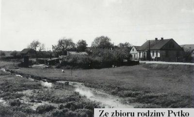 Widok z ursynowskiego na służewski brzeg Smródki. Ulica Tarniny, za dziesięć lat wyrosną nad nią bloki Służewa nad Dolinką. Zdjęcie ze zbiorów Rodziny Pytko.