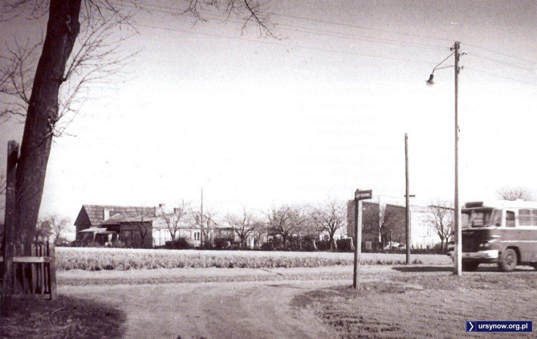 Autobus 104 w drodze do miasta. Leci Nowoursynowską, mija Cynamonową. Z archiwum Rodziny Pytko.