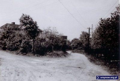 Ulica Rolna w kierunku południowym, okolice ulicy Kukułczej (dziś byłoby to na wysokości bloku przy Puszczyka 20). Zdjęcie ze zbiorów Rodziny Pytko.