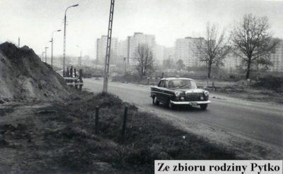 Luksusowa taksówka Mercedes na Puławskiej, w tle Służew nad Dolinką. Zdjęcie ze zbiorów rodziny Pytko.