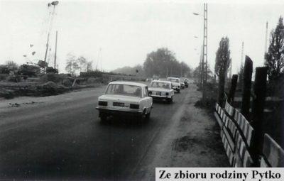Kolumna produktów FSO minęła fotografa i na wyścigi pędzi na Wyścigi. Zdjęcie ze zbiorów rodziny Pytko.