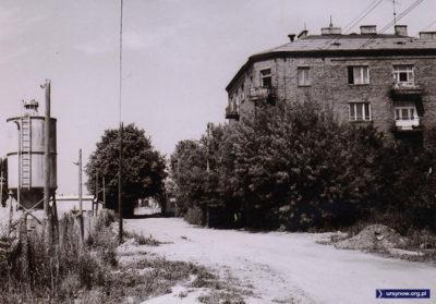 Rok 1976. Czerwoniak przy Barwnej róg ówczesnej Olsztyńskiej. Po lewej zaplecze budowy osiedla Jary. Zdjęcie ze zbiorów rodziny Pytko.