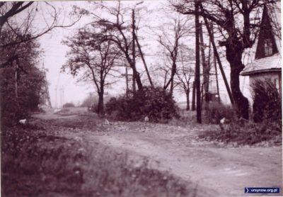 Róg Rybałtów i Migdałowej, po prawej budynki PGR Moczydło, w oddali dźwigi wznoszące Ursynów Północny. Zdjęcie ze zbioru rodziny Pytko.