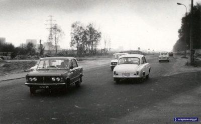 Rok 1976. Róg Puławskiej i Alei Wyścigowej. Idziemy z postępem. Na pierwszym planie Duży Fiat, na drugim - powstaje Ursynów. Zdjęcie ze zbiorów rodziny Pytko.