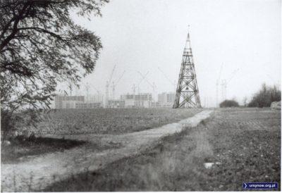 Wieża triangulacyjna na Rybałtów. Widok na północ, w tle to chyba już budowa pierwszych bloków Imielina - sądząc po technologii Ramy H. Zdjęcie ze zbioru Rodziny Pytko.