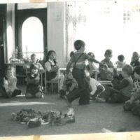 Juniorki w akcji. Na środku klasyka dziecięcego obuwia późnego Gierka, w tym makabryczno-ortopedyczne Juniorki. Kronika Przedszkola 283.