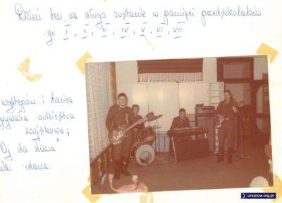 """Były Czerwone Gitary, to mogą być też zielone gitary. """"Oj da dana"""" grała orkiestra wojskowa, która w 1980 roku wcale jeszcze źle się nie kojarzyła. Kronika Przedszkola nr 283."""